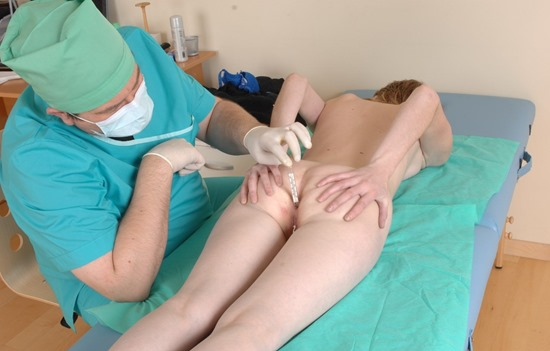 hot-babe-getting-her-pussy-and-ass-examed