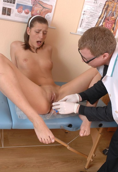 sexy-babe-gets-speculum-insertion